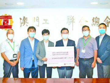 中聯辦代表接收工聯總會捐款,轉交河南相關機構。